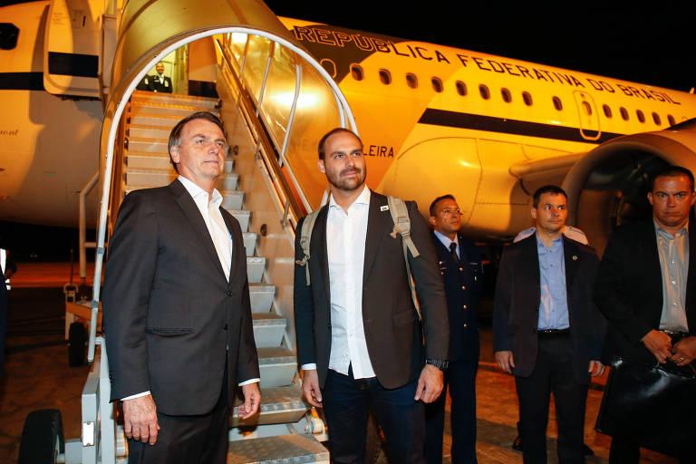 O deputado Eduardo Bolsonaro e o pai, o presidente Jair Bolsonaro, em Brasília antes de embarcarem para Davos