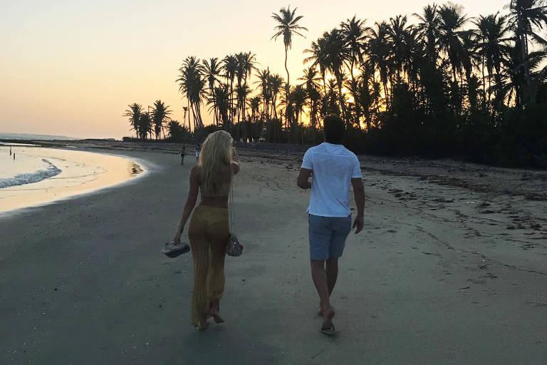 Carol Bittencourt e Jorge Sestini caminham na praia de São Miguel dos Milagres.