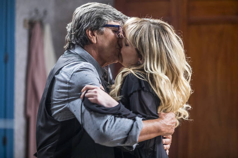 Emiliano ( Evandro Mesquita ) e Solange ( Luciana Vendramini ) se beijam