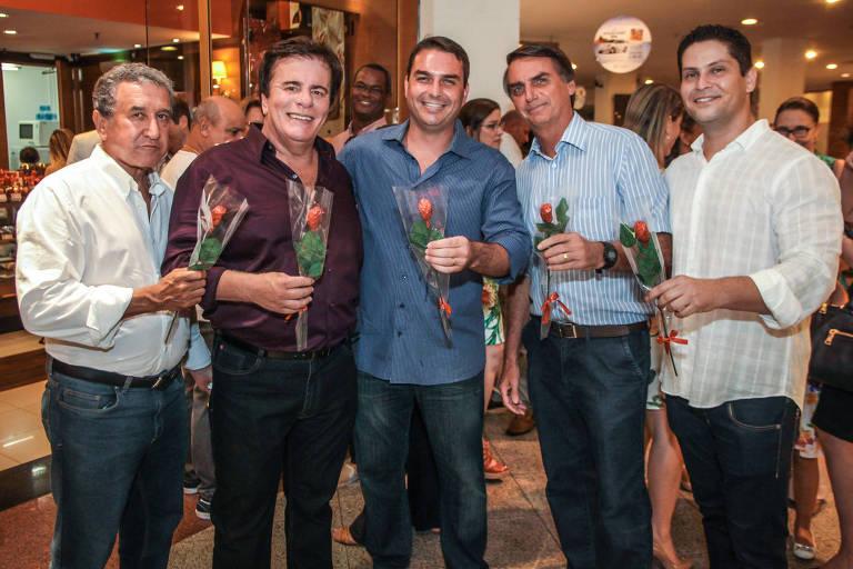Ao centro, Flávio Bolsonaro aparece com o pai, o técnico de futebol Carlos Alberto Parreira e o apresentador Wagner Montes na inauguração da loja de que é sócio no Rio de Janeiro