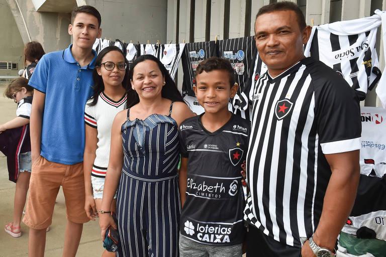 Luciana Freire com sua família na bilheteria do estádio Almeidão antes do jogo entre Botafogo-PB e Pirilima