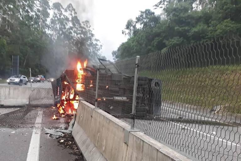 Bandidos explodem carro forte em trecho da rodovia dos Tamoios