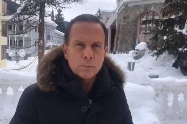 O governador de São Paulo, João Doria, em vídeo gravado em Davos (Suíça), onde participa do Fórum Econômico Mundial; ele aparece de casaco em uma paisagem de neve