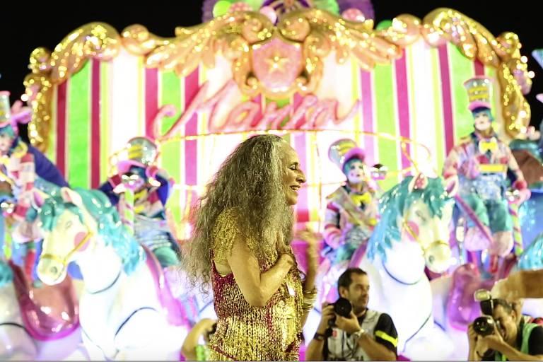 A cantora Maria Bethânia durante desfile da Mangueira em sua homenagem, em cena do filme 'Fevereiros'
