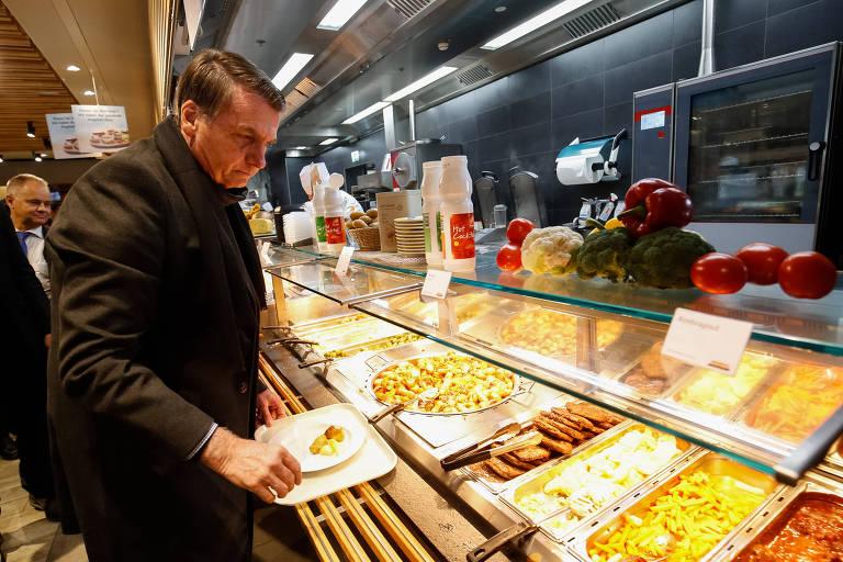 O presidente Jair Bolsonaro durante almoço no restaurante Migros