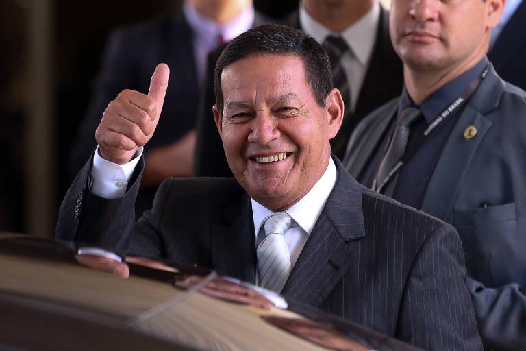 Hamilton Mourão sorri e faz sinal de positivo com a mão
