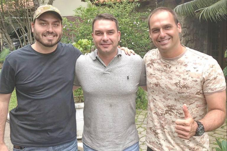 Carlos, Flávio e Eduardo Bolsonaro em foto publicada no Twitter do terceiro