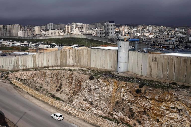 Muro que separa a Cisjordânia de Jerusalém Oriental