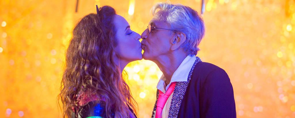mulher e homem se beijando
