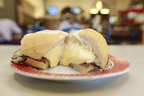 Sao Paulo, SP, 27/07/2017, Brasil 14:28:18 90 anos do sanduiche Bauru, Foto do lanche  na Lanchonete Ponto Chic, no Largo do Paissandu. ( Robson Ventura/Folhapress ) . EMBARGADA PARA VEICULOS ONLINE *** UOL E FOLHA.COM, FOLHAPRESS CONSULTAR FOTOGRAFIA DO AGORA SP *** FONES 32242169 - 32243441 ***