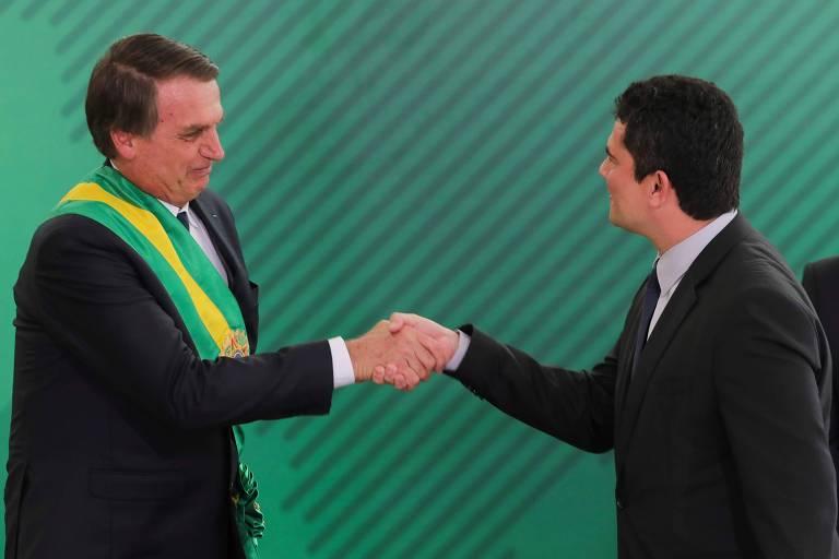 Moro cumprimenta Jair Bolsonaro durante a cerimônia de posse do novo presidente da República, em Brasília