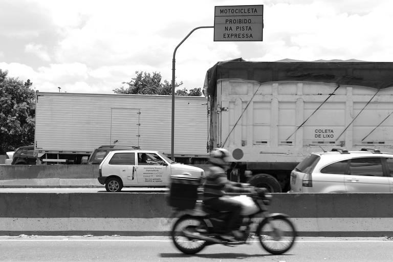 Motociclista trafega pela marginal Tietê, em São Paulo