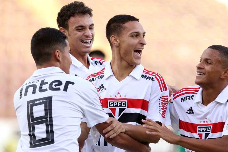 Jogadores do São Paulo comemoram gol em partida da Copa São Paulo