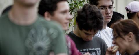 SAO PAULO, SP, BRASIL, 06-11-2010, 11h30: O aluno, Giovanni Gerodo,17, chega a faculdade UNISA, na zona sul de Sao Paulo, para fazer a prova do Enem. Ele teve que rodar 30 km demorando uma hora e meia, da zona leste de Sao Paulo onde mora, ate o Jardim das Imbuias, zona sul, onde fara a prova do Enem. (Foto: Eduardo Anizelli/Folhapress, COTIDIANO) ***EXCLUSIVO FOLHA***