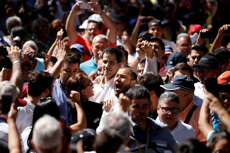 Juan Guaidó, presidente da Assembleia Nacional da Venezuela, com apoiadores em Caracas no último dia 13