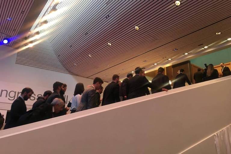 Jornalistas seguem o presidente Jair Bolsonaro em Davos