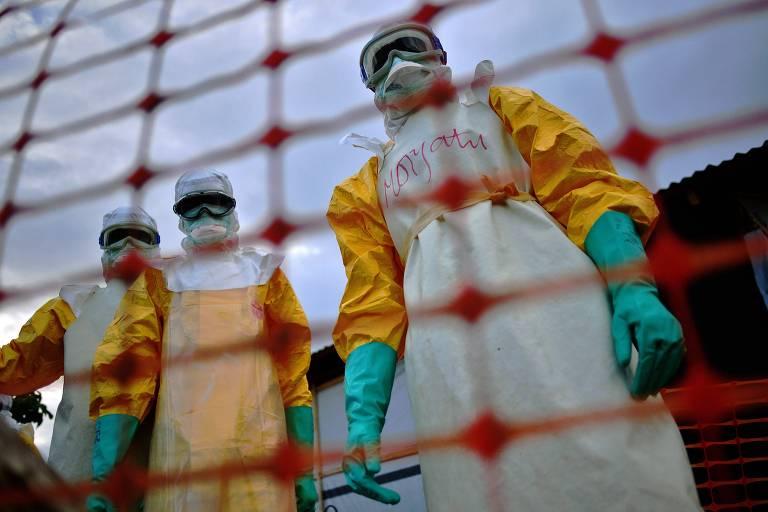 Equipe do Médicos Sem Fronteiras com material de proteção para evitar contaminação por ebola