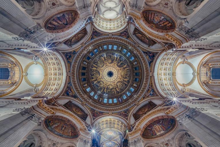 Teto de igreja em foto panorâmica