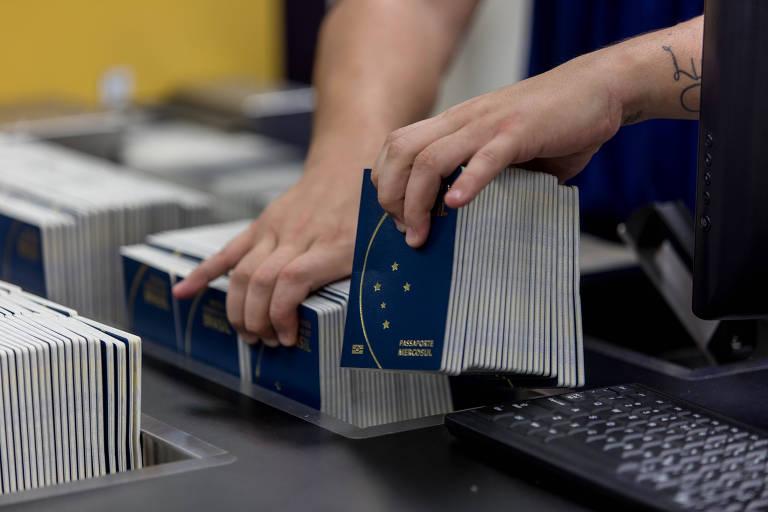 O atual passaporte brasileiro, com o símbolo do Mercosul na frente, durante produção na Casa da Moeda, no Rio