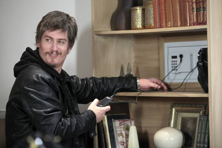 Personagem Waldisney (Pedro Lemos) se prepara para roubar cofre
