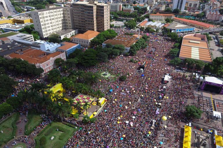 Multidão em praça, em cidade, vista de cima