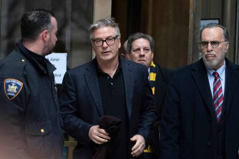 Actor Alec Baldwin(C) departs New York County Criminal Court January 23, 2019 in New York. - Alec Baldwin pleaded guilty to a second-degree harassment violation stemming from when he punched a man during a dispute over a New York City parking spot late last year. (Photo by Don EMMERT / AFP)