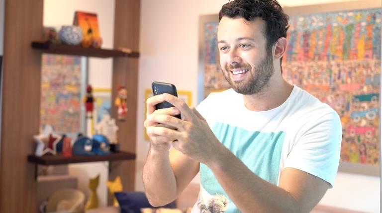 O youtuber e turismólogo Tiago Lopes precisa trabalhar com o celular o tempo todo