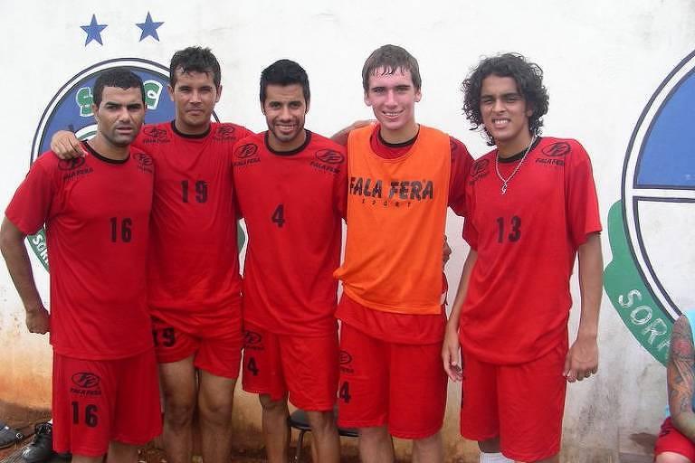 O inglês Seth Burkett, segundo da direita para a esquerda, com seus companheiros na época de Sorriso