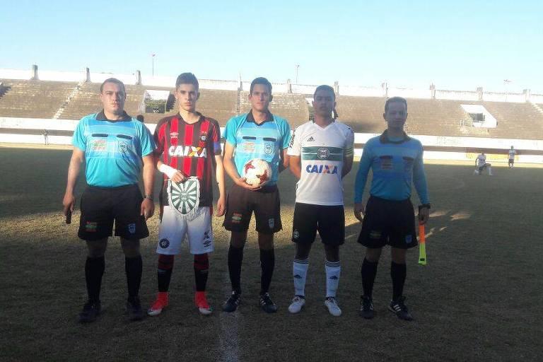 No centro, o ex-volante e hoje árbitro João Bosco Rodrigues, em partida entre Athletico-PR e Coritiba na base