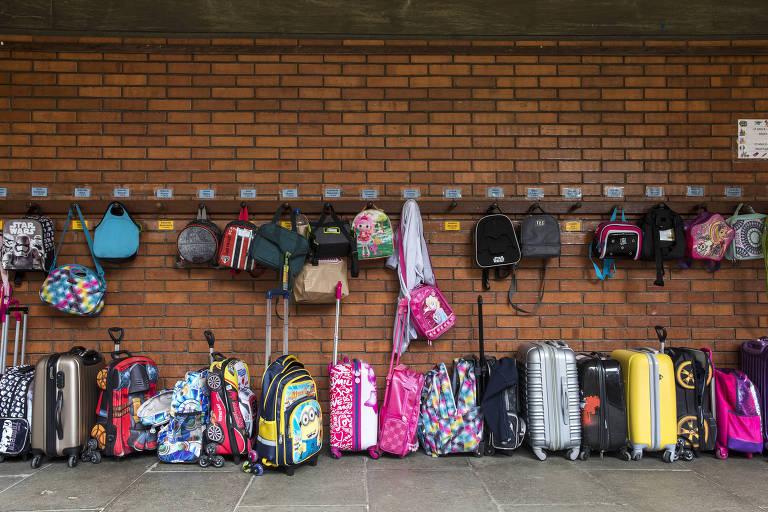 Mochilas de crianças em Colégio na zona sul de SP