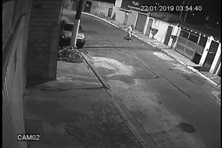 Imagens de segurança de uma casa mostram o momento em que o suspeito de matar uma mulher carrega o corpo