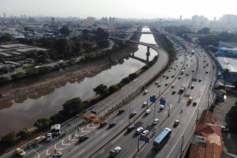 Imagem mostra uma das pistas da marginal Tietê bloqueada e as outras com trânsito fluindo