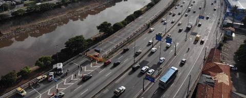 SÃO PAULO, SP, 24.01.2019: INTERDIÇÃO-PONTE-MARGINAL-TIETÊ - Ponte que dá acesso à Rodovia Presidente Dutra pela pista expressa da Marginal Tietê segue interditada na manhã desta quinta-feira (24)  (Bruno Santos/Folhapress)
