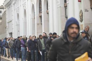Brasileiros aguardam na fila do consulado em Lisboa
