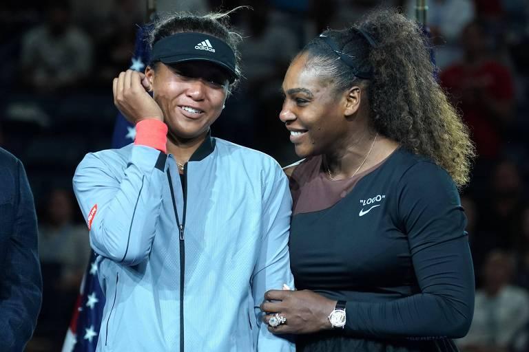 Osaka com expressão constrangida leva a mão à cabeça, e Serena sorri ao seu lado e a ampara