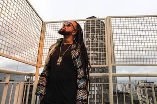 ***Especial para Guia Folha e Ilustrada***. Retrato do rapper Rael, 36, no terraco de predio na av Sao Luis com edificio Italia ao fundo  no centro de Sao Paulo. Rael integra programacao de shows para comemorar aniversario da Cidade de SP