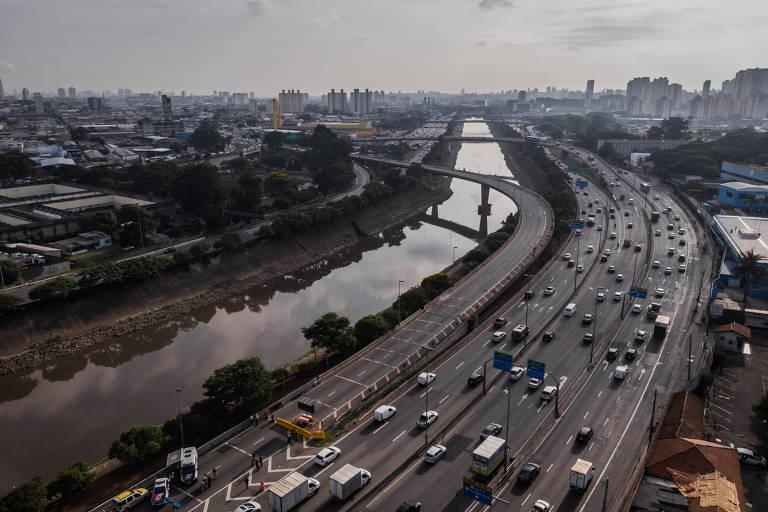 Sob risco, ponte é interditada em São Paulo