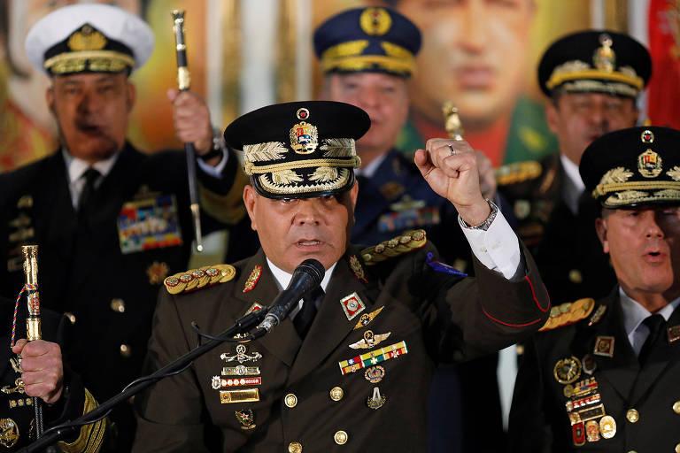 O ministro da Defesa da Venezuela, Vladimir Padrino López, ao lado de membros da cúpula do Exército em entrevista coletiva em Caracas nesta quinta (24)