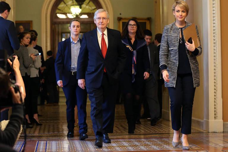 O líder dos republicanos no Senado, Mitch McConnell, deixa o plenário do Senado após a Casa rejeitar as duas propostas