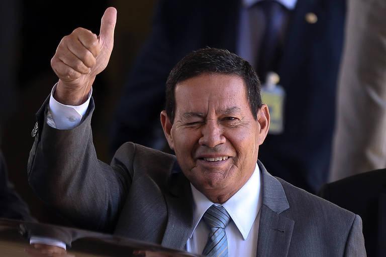 O presidente em exercício Hamilton Mourão deixa o gabinete da vice-presidente em Brasília