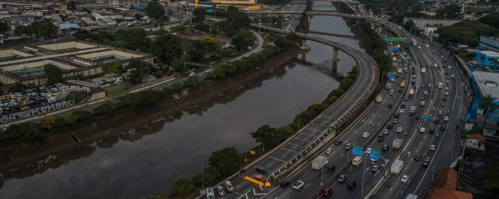 Trânsito na marginal Tietê nesta quinta (24), após ponte que dá acesso à Dutra (esq.) ser interditada