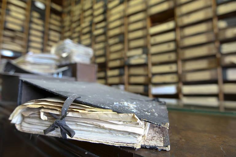 Pasta de documentos do arquivo do Dops (Departamento Estadual de Ordem Politica e Social), órgão da ditadura militar, em Santos (SP)