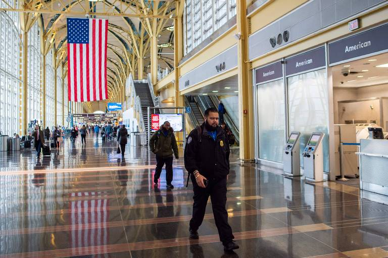 Funcionário da TSA no aeroporto Ronald Reagan em Washington nesta quinta-feira (24)