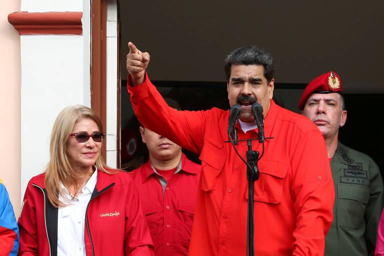 O ditador Nicolás Maduro discursa em Caracas na quarta-feira (23) ao lado da cúpula do regime