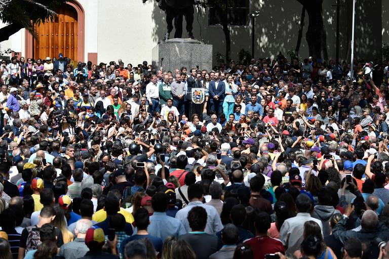 Juan Guaidó fala a apoiadores na praça Bolívar de Chacao, em Caracas