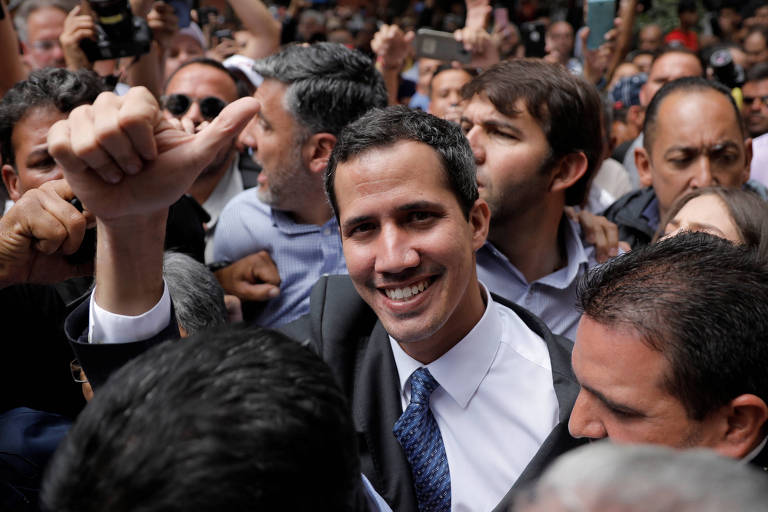 Juan Guaidó chega para ato em praça em Caracas nesta sexta (25)