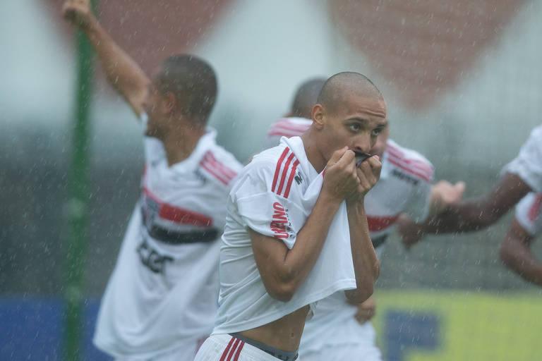 Antony, do São Paulo, comemora um dos gols da equipe sobre o Vasco, na final da Copinha