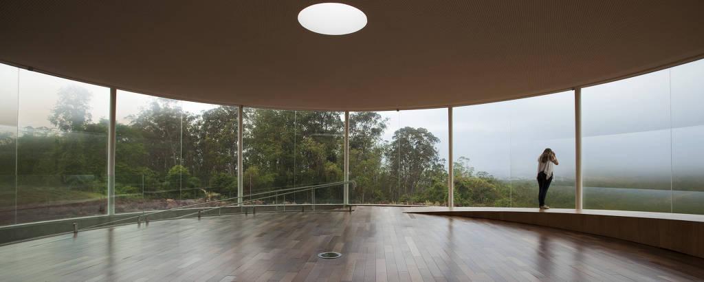 Visitante observa instalação do artista Doug Aitken no Instituto Inhotim em Brumadinho, Minas Gerais