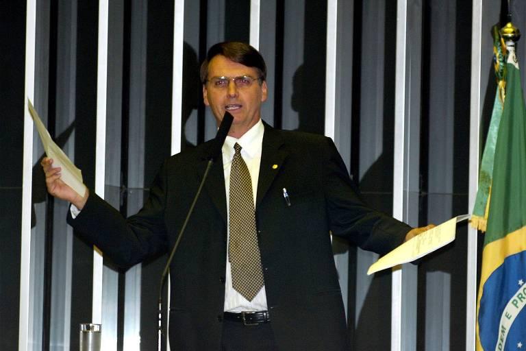 Em 2005, Jair Bolsonaro, então deputado federal pelo PP-RJ e candidato à presidência da Câmara, discursa na tribuna do plenário