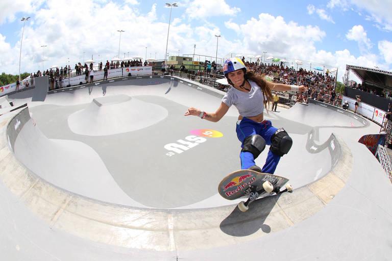 Yndiara Asp faz manobra em bowl durante a disputa da etapa do Skate Total Urbe (STU), em Florianópolis